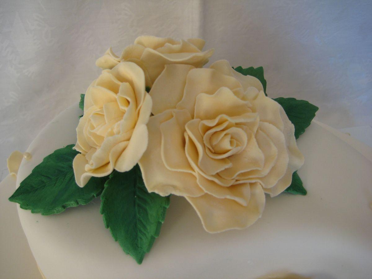 Hochzeitstorte Weiß Lila Hochzeitstorte in WeißChampagner